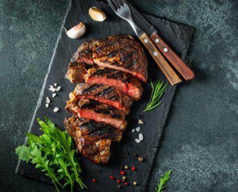 steak-ribeye-gegrillt-mit-pfeffer-und-knoblauch_79782-2279